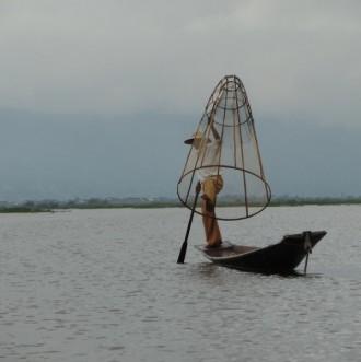 Fischer mit Reuse auf dem Inle Lake