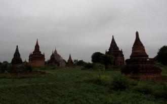 querfeldein durch die Ebene von Bagan