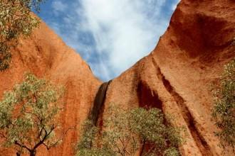 Uluru gegen den Himmel