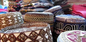 Kopfbedeckungen im Souk in Muscat