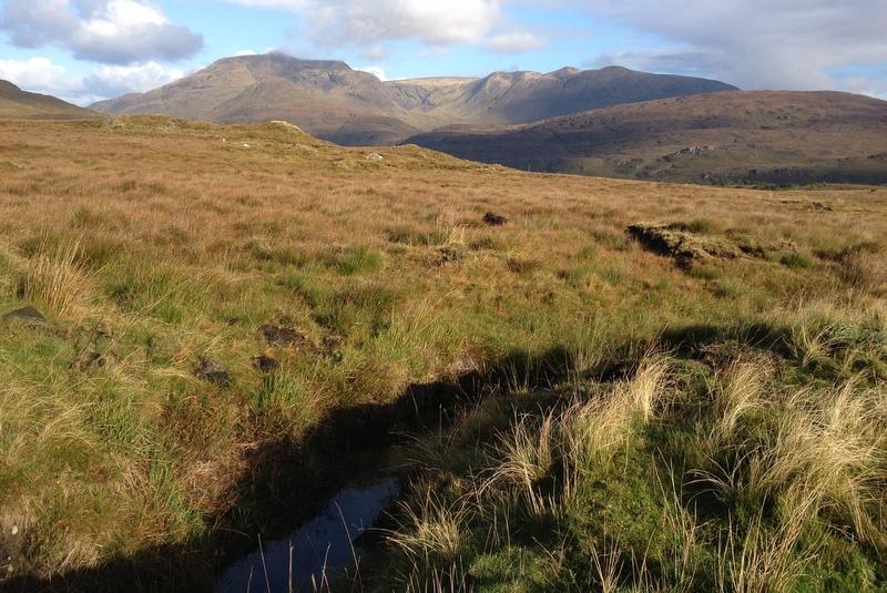 Connemara Landschaft mit Bergen Heide und Moor