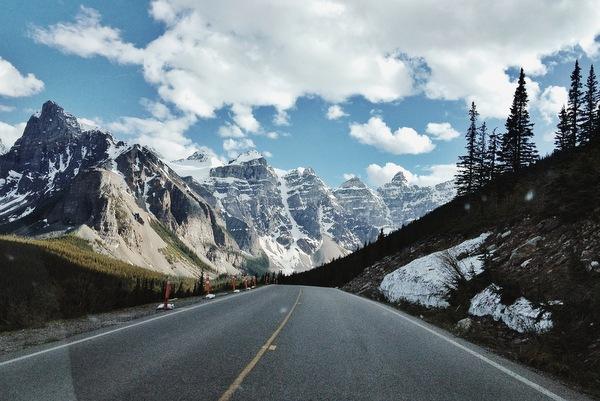 Straße zum Moraine Lake Kanada Rockies
