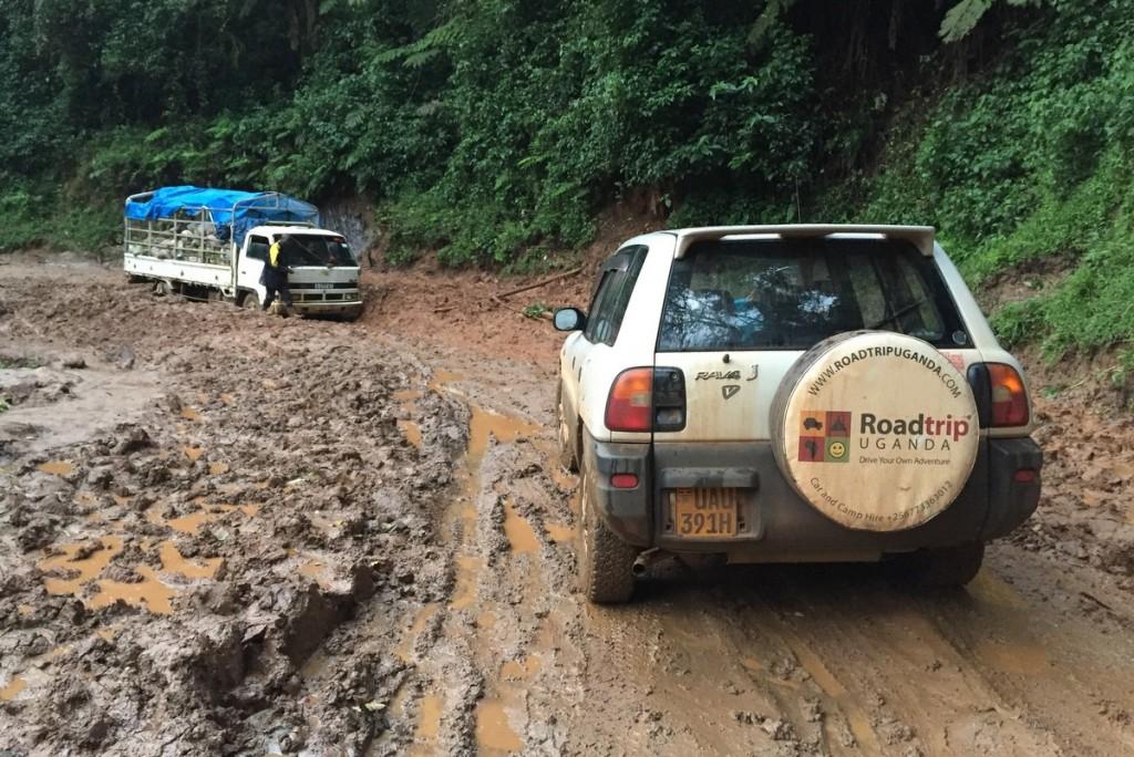 Straße Bwindi Impenetrable Forest Uganda Matsch Regenzeit Auto fahren Selbstfahrer Mietwagen