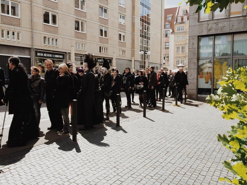 Ausstellung Leipzig in schwarz Schlange vorm Museum
