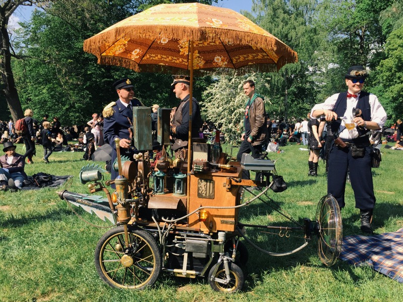 Besucher WGT Leipzig Viktorianisches Picknick Steampunk Maschine