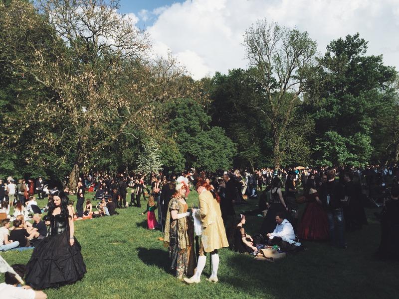 Besucher WGT Leipzig Viktorianisches Picknick Wiese Clara Zetkin Park