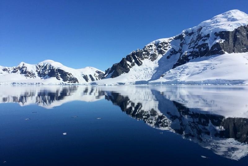 antarktis-spiegelung-im-wasser