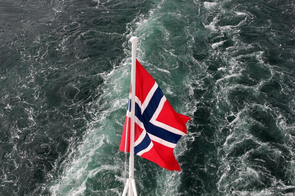 MS Midnatsol Hurtigruten Flagge