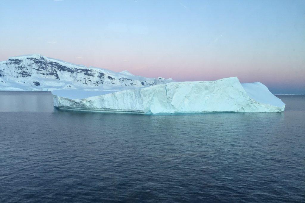 Mitternachtssonne Antarktis Eisberg