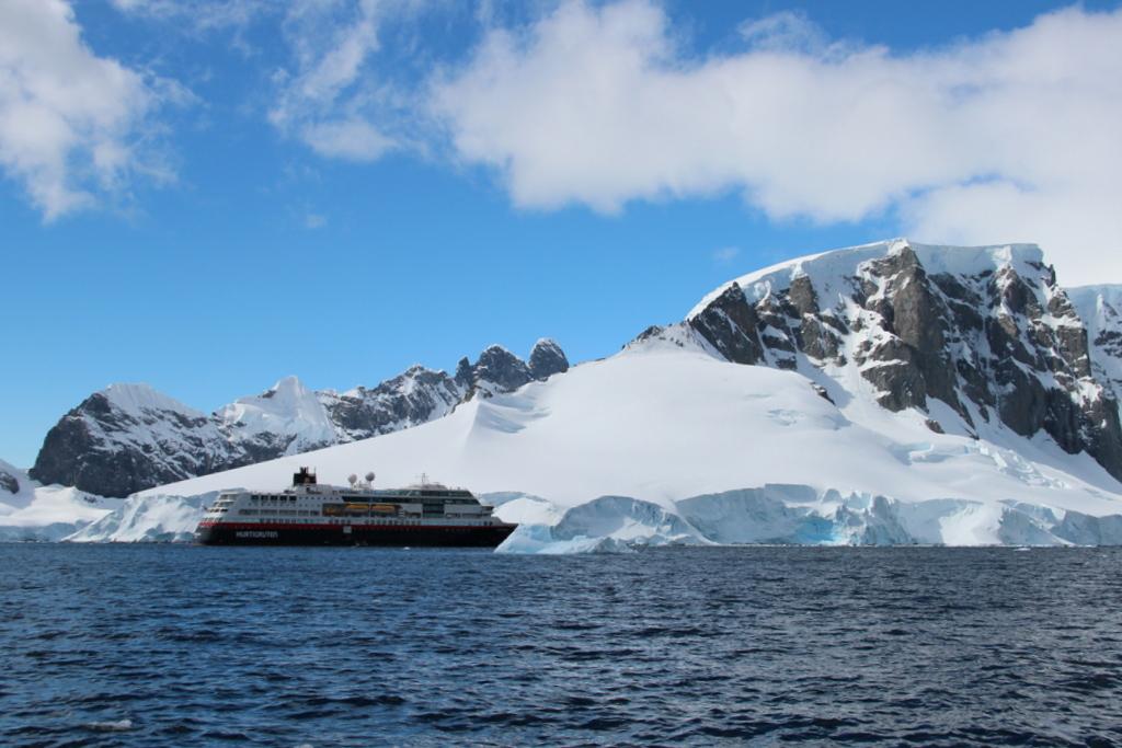 Orne Harbour Antarktis Kreuzfahrt Hurtigruten Schiff