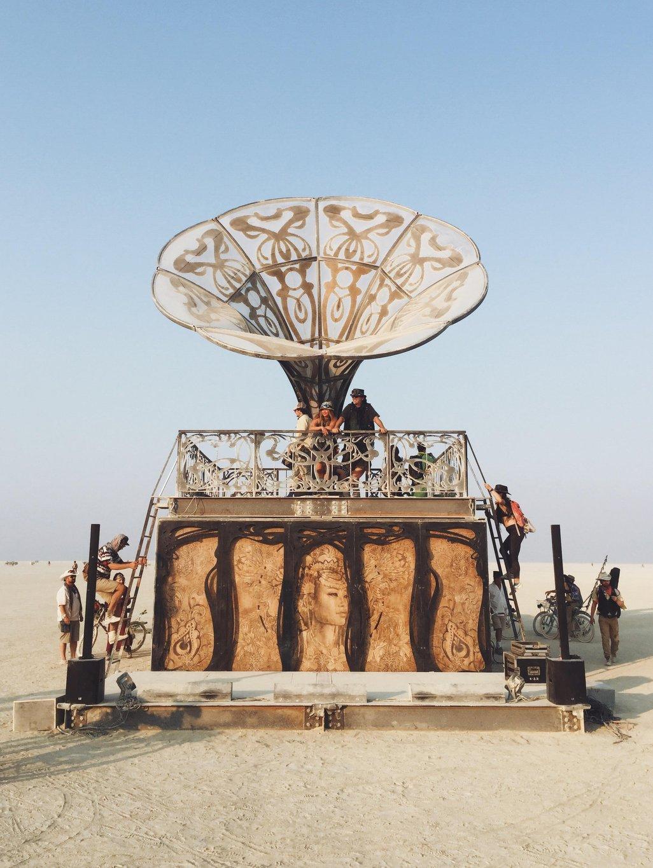 Burning-Man-Grammophon-La-Victrola