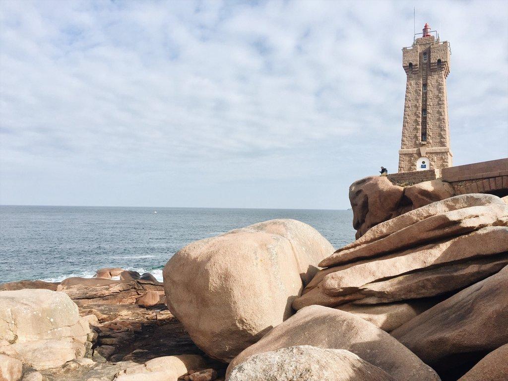 Leuchtturm-Mean-Ruz-Rosa-Granitkueste-Bretagne