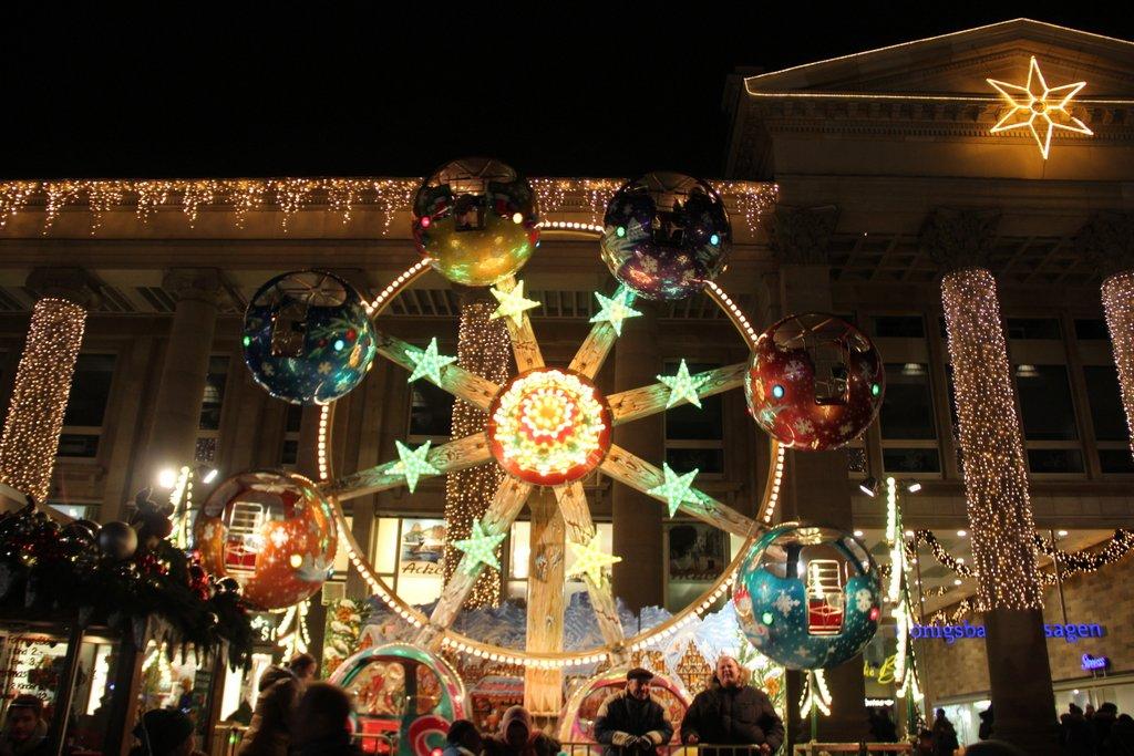 Schlossplatz Stuttgart Adventsmarkt beleuchtet