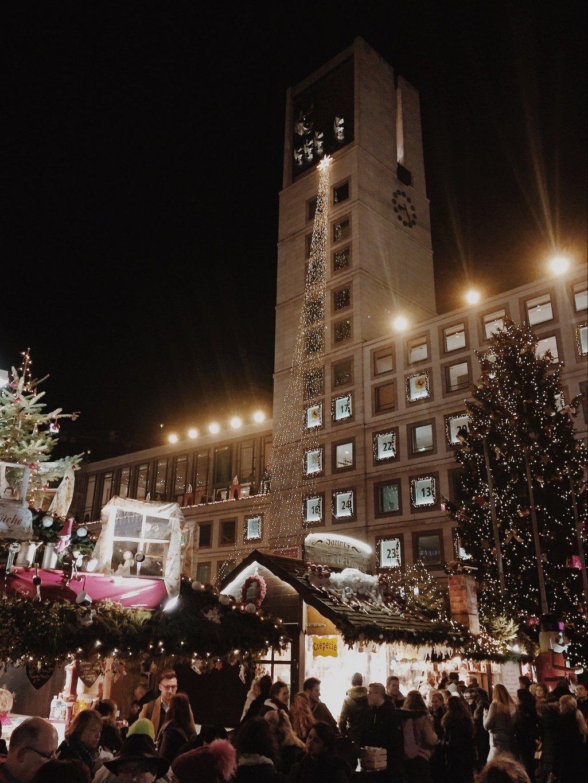 Weihnachtsmarkt-Stuttgart-Rathaus