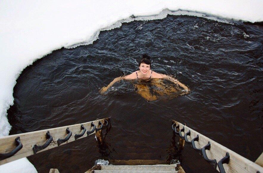Winter-in-Finnland-Sauna-Eisloch-schwimmen